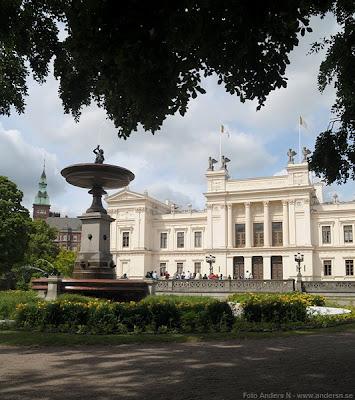 lund, lunds universitet, universitet, universitetsbyggnaden, fontänen, muren, benknäckaren