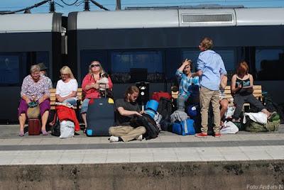 perrongare, människor, folk på perrong, tågperrong, väntar på tåg, people wiating for train, solsken, sunshine, solar, tanning
