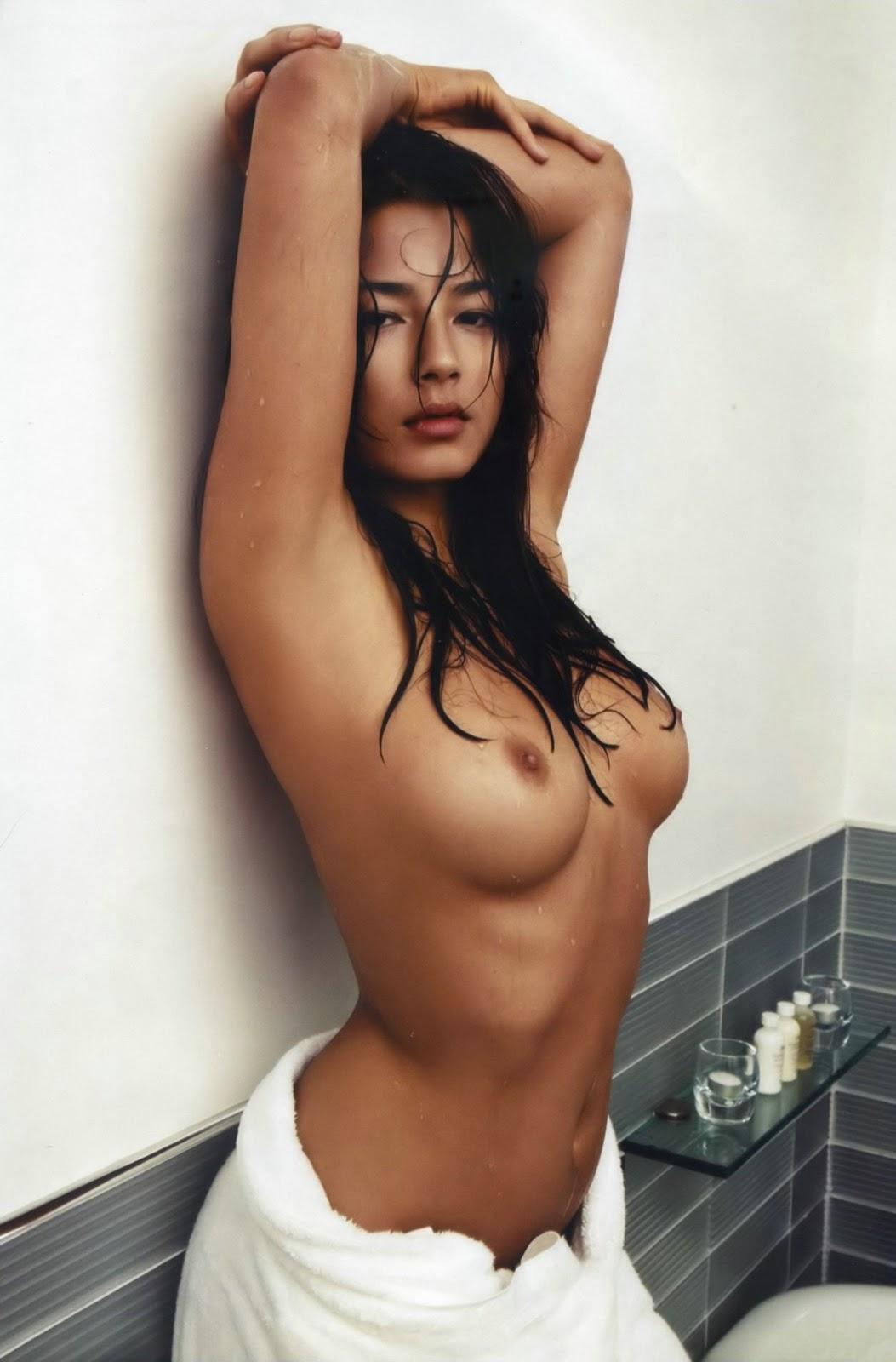 http://4.bp.blogspot.com/_pGTlBw_z2AM/TLA2CsWF5GI/AAAAAAAAAv4/cPLGkFRbwOc/s1600/jessica-gomes-topless-gq-italy-06.jpg