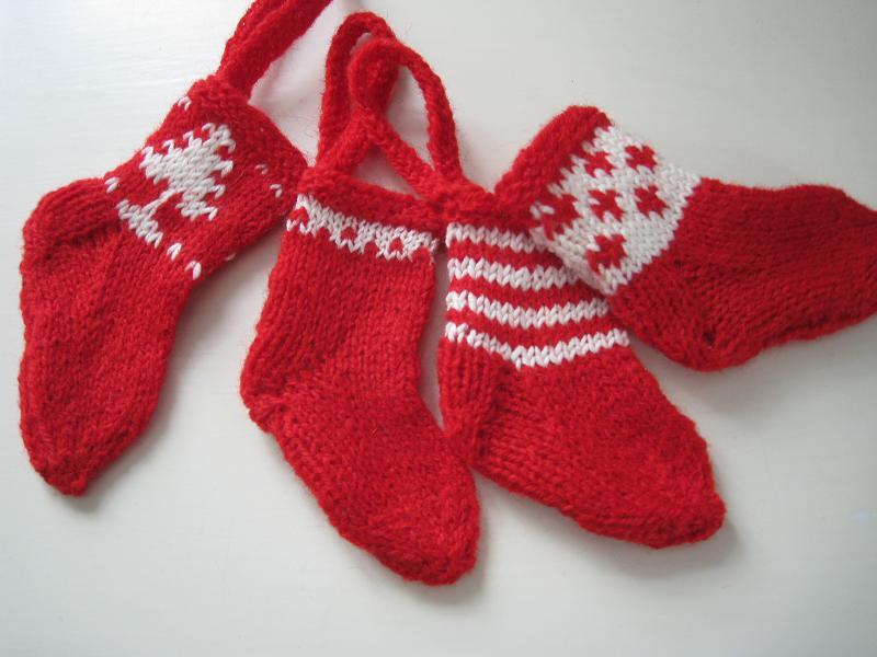 sma strikkede julesokker opskrift.