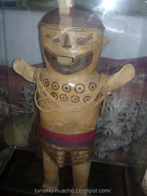 tatuaje en los nudillos. El Hombre Tatuado de Huacho ? Museo Arqueológico Regional de la Universidad