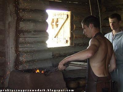 Półnagi kowal wykuwający żelazo foto Pierścień Świętej Kingi Bochnia