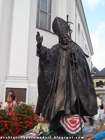 Wadowice posąg Jana Pawła II przed bazyliką