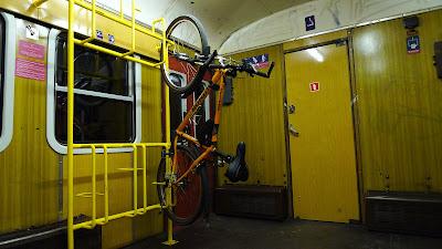 wieszak rowerowy w wagonie skm