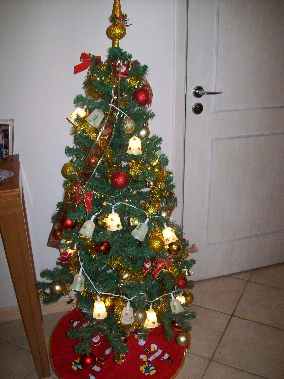 decoracao arvore de natal vermelha e dourada:em vermelho e dourado e a iluminação foi feita com luzes de sinos
