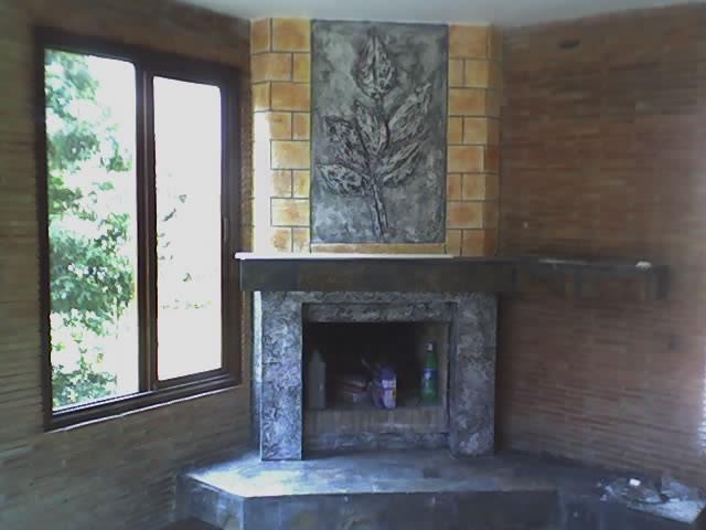 chimenea con hojas en alto relieve e imitacion ladrillo