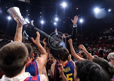 Xavi Pascual manteado por sus jugadores tras ganar la Euroliga 2010