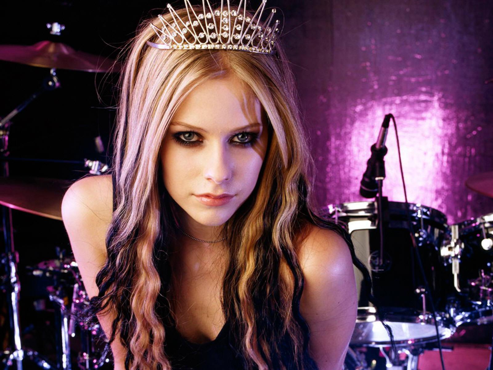 http://4.bp.blogspot.com/_pZgbA1YZ-YM/TURaQ2naHuI/AAAAAAAAB4g/tigaYl9YpdU/s1600/Avril-Lavigne.jpg