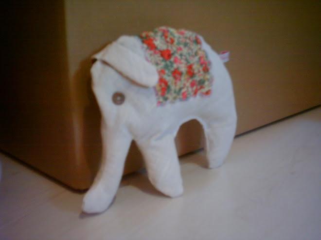 un elefant qui se baladait seul atendant la venue de ses compères