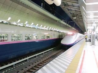 写真: まだ暗い早朝の東京駅ホームに入線してくる東北新幹線