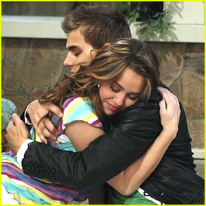 hannah montana dating jesse In another episode in the 4th season miley reveals to jesse that she is hannah yet to her surprise he already knows jesse can't take the pressure of dating hannah and miley and ends it with miley in the end of the episode, jesse comes back to miley and then she reveals her secret to the whole world.