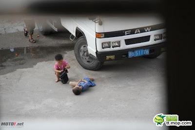 foto anak kecil kepergok ml di pinggiran jalan hehehe kecil kecil
