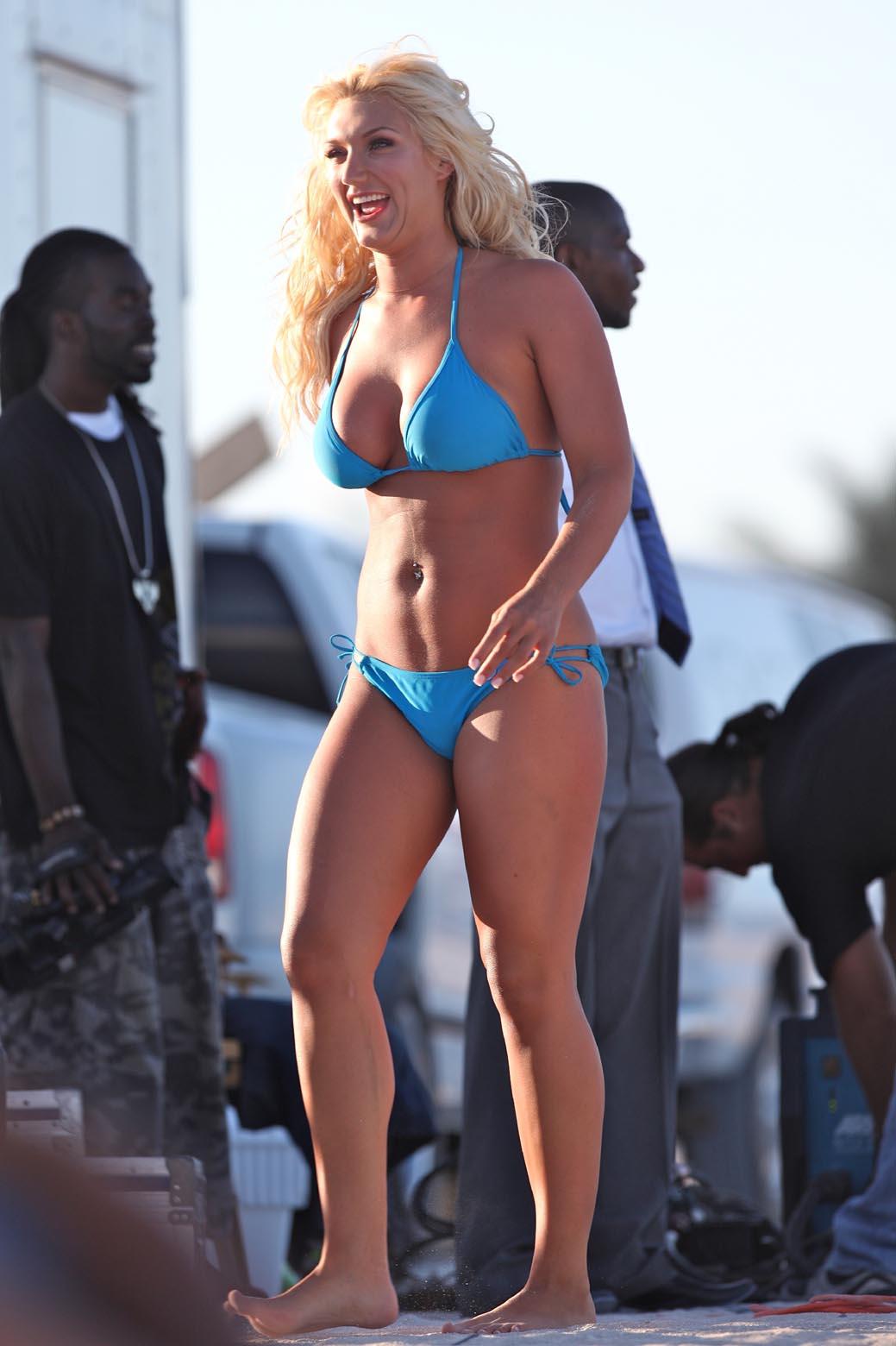 http://4.bp.blogspot.com/_phuF6dINA4E/S-7v7Ng3_NI/AAAAAAAAAnE/BWke0KfKaAw/s1600/brooke_hogan_bikini_bl_3_big.jpg