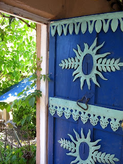 Ford Ruthling, blue door in the garden