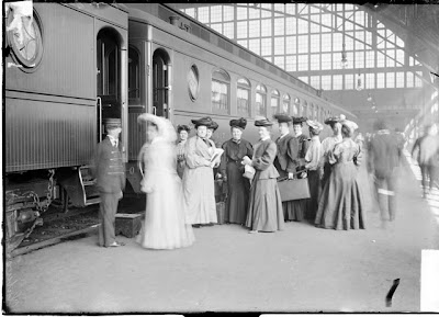 Women at the train station in Chicago 1905