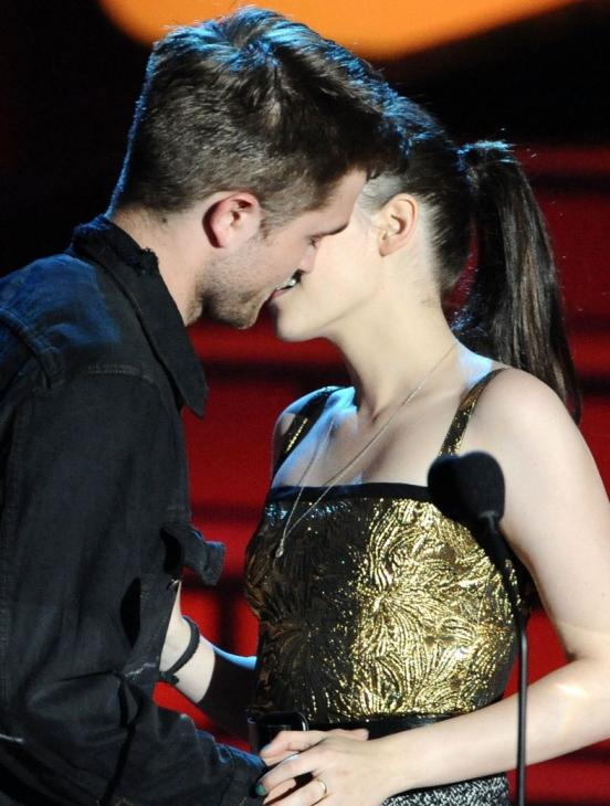 robert pattinson and kristen stewart kissing. robert pattinson kristen