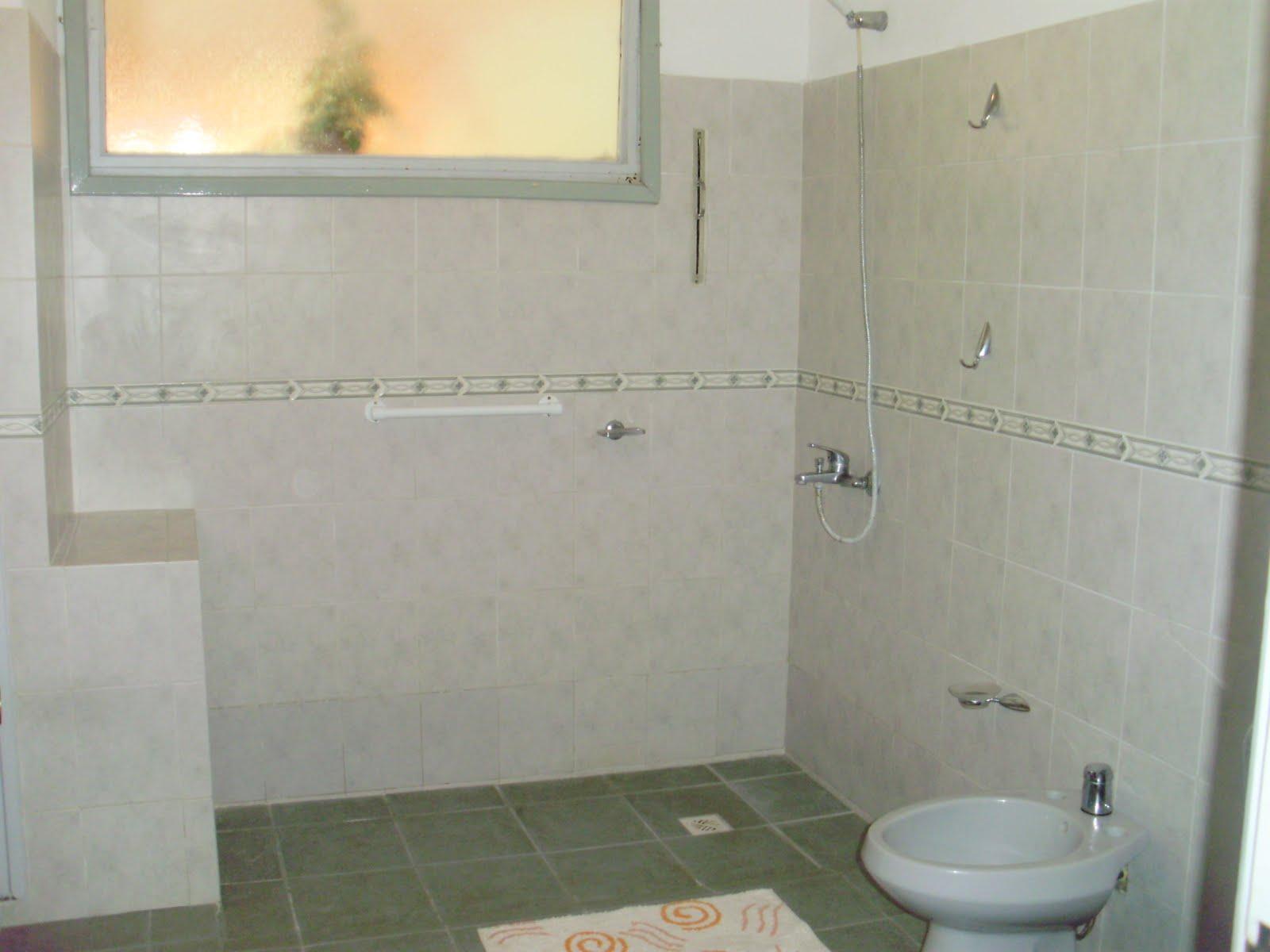 Baño Ducha Enfermeria:Baños prolijos con agarraderas en las duchas