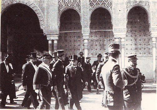 JUNTO AL REY ALFONSO XIII EN SU VISITA A LA ALHAMBRA EN 1904.