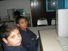 Fadi et hassène qui se plaisent devant leur ordinateur!