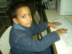 Le petit Jesser devant son ordinateur!