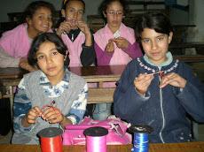 Farah et ses amies  qui tricottent