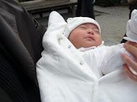 本殿前で初参りに来た男の赤ちゃんをキャッチ