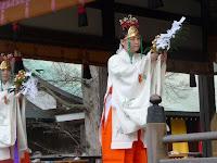 巫女が神楽鈴と榊で招福が授かるよう