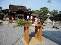 城南宮の本殿前に置かれた湯立神楽
