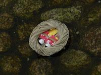 流しびなのさんだわらは赤衣に金の袴烏帽子、簡素な白梅模様の可憐な夫婦雛