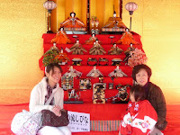 橋殿に飾ってある七段飾りのお雛様を記念撮影