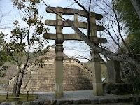 仏舎利塔と鳥居(トラナ)