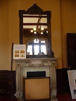旧知事室にある鏡付の暖炉
