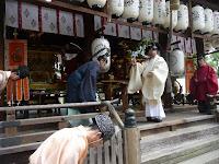 拝殿では神職の神事が行われた