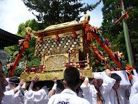 三基の神輿は拝殿から担ぎ手で準備される
