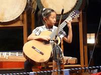 ギターを演奏する子
