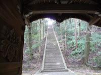 神門をくぐると急角度に石段が迫ってくる