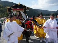 JR嵯峨嵐山駅前では輿から牛車の乗り代った!