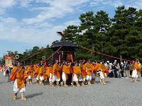 平安神宮の御神霊を移した乗輿・御鳳輦が巡行する