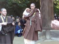 僧侶は真剣な面持ちで袈裟を襷掛けに!