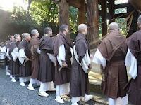 撞木に結ばれた子綱の僧侶16人