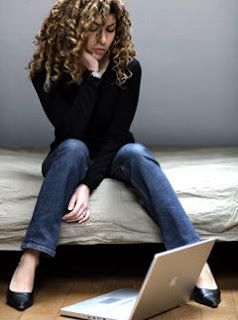 samotna kobieta i komputer