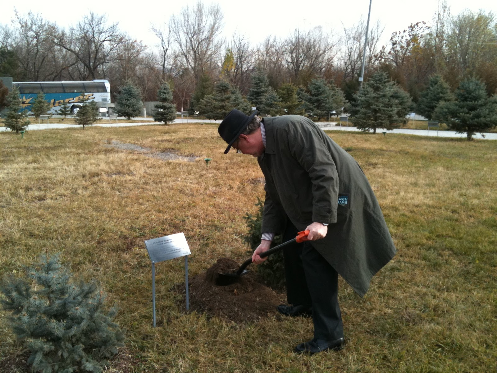 http://4.bp.blogspot.com/_q0ioDxOSoAA/TQhtEizjoYI/AAAAAAAAAtg/sIwRGMPFO24/s1600/tree+planting.JPG