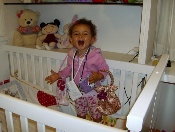 Nina e suas bolsas    1 ano e 4 meses