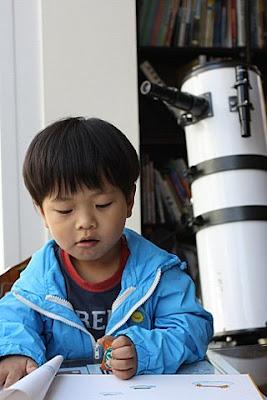 大廳角落有一支反射式望遠鏡