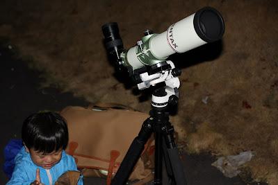 固定攝影曝個三十幾秒就有顏色及彗尾了。於是我就當場拍下並在相機上播放指出彗星是哪一顆,因為之前他在童書上就有看過這些太陽系天體的照片,所以看得懂。