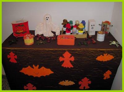 Pipistrelli e spaventapasseri di feltro arancioni sono decorazioni comprate  al Lidl anni fa e che ogni anno riponiamo nella scatola di Halloween che  riposa ... 60dbac27c5fa