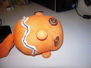 Per Halloween si può usare un gambaletto color arancione e decorarlo con un  pennarello indelebile o con ritagli di stoffa e bottoni per farlo sembrare  un ... 68293606cdb1