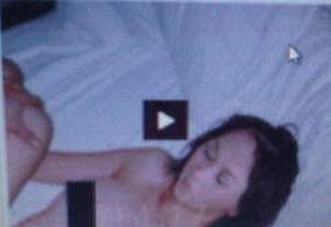 Dalam foto tersebut nampak seorang wanita terlentang di sebuah tempat ...
