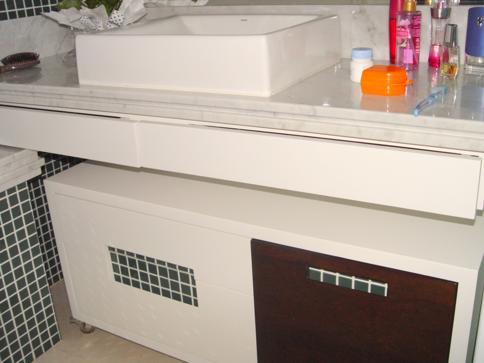 balcão de banheiro fabricado em mdf branco com detalhe na porta em  #C35E08 1600x1200 Acabamento Em Banheiro