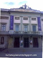 l'entrata principale con la scalinata del teatro Milanollo di Savigliano